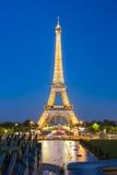 艾菲尔铁塔光表现展示在巴黎 库存照片