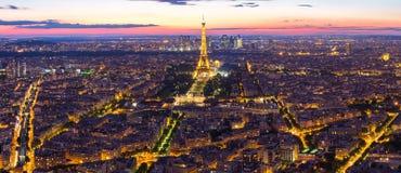 艾菲尔铁塔全景视图有巴黎市地平线的在晚上我 库存图片