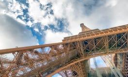 艾菲尔铁塔内部金属结构在巴黎-法国 库存图片