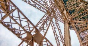 艾菲尔铁塔内部金属结构在巴黎-法国 免版税库存照片