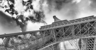 艾菲尔铁塔内部金属结构在巴黎-法国 图库摄影