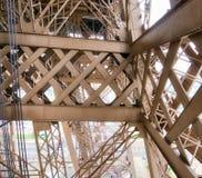 艾菲尔铁塔内部金属结构在巴黎-法国 库存照片