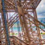 艾菲尔铁塔内部金属结构在巴黎-法国 免版税库存图片
