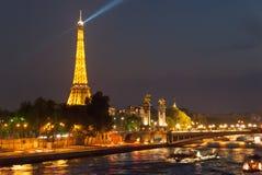 艾菲尔铁塔和亚历山大桥梁在晚上 免版税图库摄影