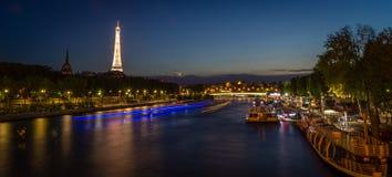 艾菲尔铁塔和塞纳河在晚上 库存照片