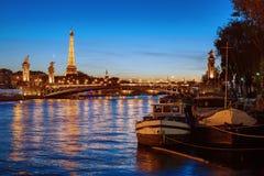 艾菲尔铁塔和塞纳河在晚上 库存图片