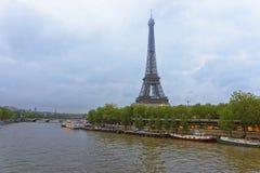 艾菲尔铁塔和小船在塞纳河在巴黎 图库摄影