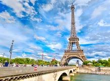 艾菲尔铁塔和河塞纳河在巴黎在一个夏日 库存图片