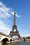 艾菲尔铁塔和河塞纳河在巴黎,法国 库存照片