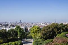 艾菲尔铁塔和游览从Parc de贝而维尔的蒙巴纳斯, 库存照片