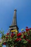 艾菲尔铁塔和英国兰开斯特家族族徽,巴黎,法国 免版税库存图片