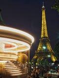 艾菲尔铁塔和转盘在晚上 免版税图库摄影