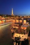 艾菲尔铁塔和Pont des Invalides在晚上在巴黎,法国 免版税库存照片