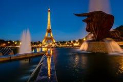 艾菲尔铁塔和Trocadero Fontains在晚上,巴黎,法郎 免版税库存图片