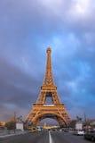 艾菲尔铁塔在一个风雨如磐的晚上 免版税库存图片