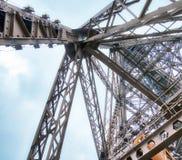 艾菲尔铁塔在一多云天-巴黎冠上结构,向天空观看 图库摄影