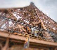 艾菲尔铁塔在一多云天-巴黎冠上结构,向天空观看 库存照片