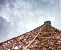 艾菲尔铁塔在一多云天-巴黎冠上结构,向天空观看 免版税库存图片