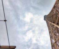 艾菲尔铁塔在一多云天-巴黎冠上结构,向天空观看 库存图片