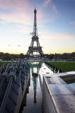 艾菲尔铁塔在与反射的黎明。巴黎。法国。 免版税库存照片