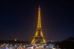 艾菲尔铁塔在与它的光的晚上在巴黎显示 库存图片