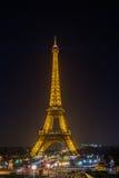艾菲尔铁塔在与它的光的晚上在巴黎显示 免版税库存图片