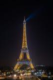 艾菲尔铁塔在与它的光的晚上在巴黎显示 免版税图库摄影