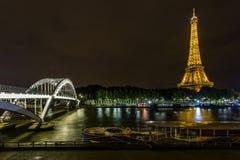 艾菲尔铁塔在夜和Debilly桥梁里 库存图片