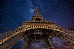 艾菲尔铁塔在晚上在巴黎,法国 免版税库存照片