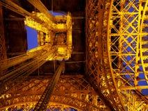 艾菲尔铁塔在晚上-从地面的接近的看法 免版税库存照片