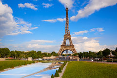 艾菲尔铁塔在巴黎在蓝天法国下 免版税库存图片