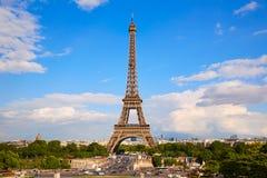 艾菲尔铁塔在巴黎在蓝天法国下 免版税库存照片