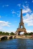 艾菲尔铁塔在巴黎在蓝天法国下 免版税图库摄影