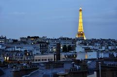 艾菲尔铁塔在巴黎夜 免版税库存照片