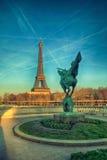 艾菲尔铁塔在从Bir Akheim桥梁的巴黎 免版税图库摄影