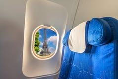 艾菲尔铁塔如被看见从飞机窗口 巴黎旅游业概念 图库摄影