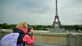 艾菲尔铁塔妇女摄影师 股票视频