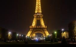 艾菲尔铁塔显示它美好的光 库存图片