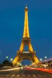 艾菲尔铁塔游览在晚上被照亮的埃菲尔,巴黎,法国 图库摄影