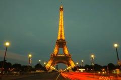 艾菲尔铁塔游览在晚上被照亮的埃菲尔,巴黎,法国 库存图片