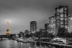 艾菲尔铁塔游览埃菲尔的夜视图在Pont de Grenelle的 免版税库存图片