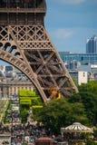 艾菲尔铁塔游览埃菲尔蓝天钢结构柱子  免版税库存图片