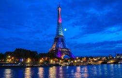 艾菲尔铁塔点燃庆祝300百万分之一个访客自1889开头以来,巴黎,法国 库存图片
