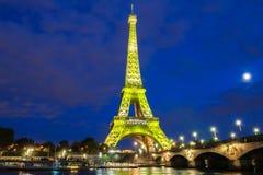 艾菲尔铁塔点燃庆祝300百万分之一个访客自1889开头以来,巴黎,法国 免版税库存图片