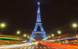 艾菲尔铁塔照亮与消息Merci约翰尼-在巴黎谢谢约翰尼用法语在晚法国岩石记忆里  免版税库存照片