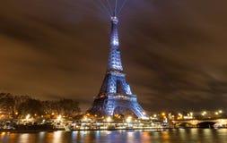 艾菲尔铁塔照亮与消息Merci约翰尼-在巴黎谢谢约翰尼用法语在晚法国岩石记忆里  图库摄影