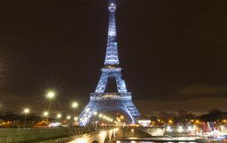 艾菲尔铁塔照亮与消息Merci约翰尼-在巴黎谢谢约翰尼用法语在晚法国摇滚明星约翰记忆里  库存图片