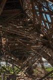 艾菲尔铁塔的内部铁结构看法,有晴朗的蓝天的在巴黎 免版税图库摄影