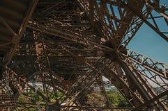 艾菲尔铁塔的内部铁结构看法,有晴朗的蓝天的在巴黎 图库摄影