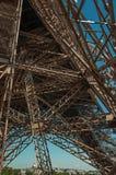 艾菲尔铁塔的内部铁结构看法,有晴朗的蓝天的在巴黎 库存图片